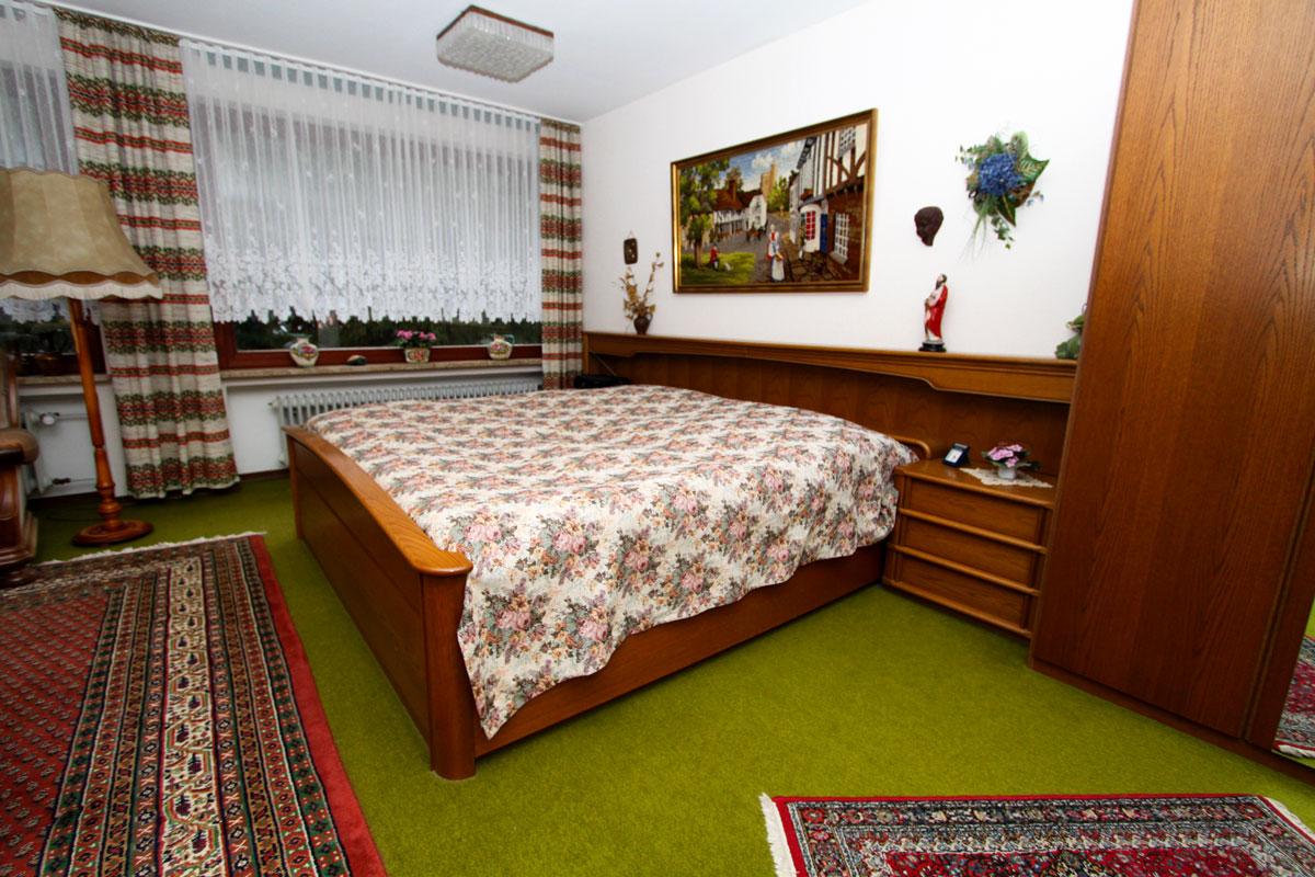 Das Doppelbett des Apartments.