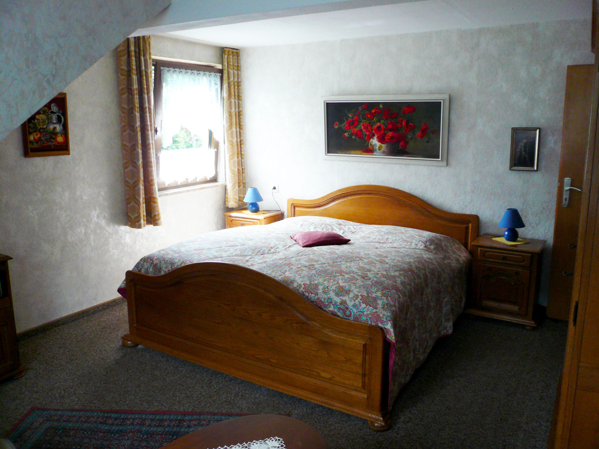 Das Schlafzimmer mit Doppelbett.