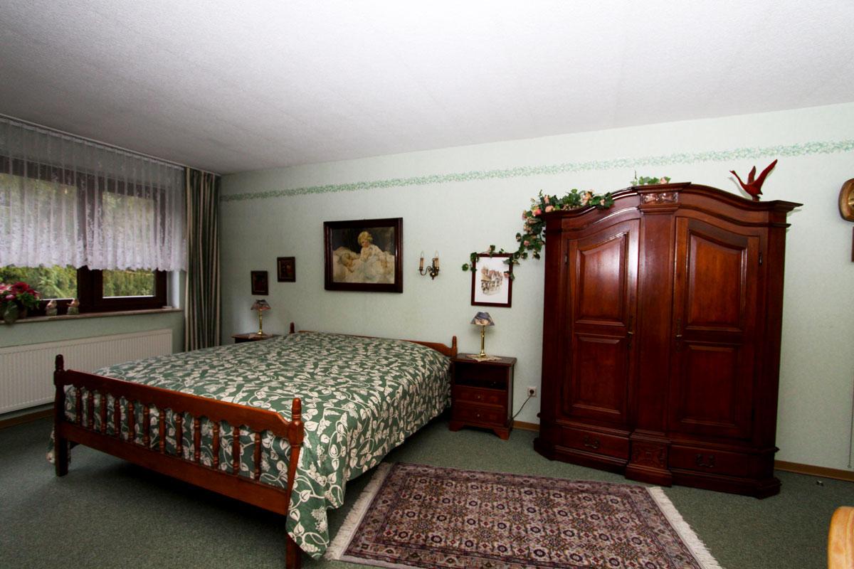Doppelbett im Wohn-/Schlafzimmer