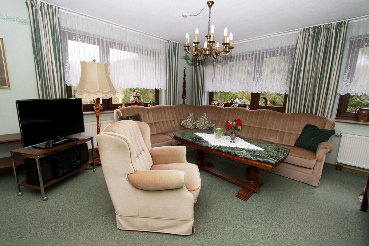 Das Wohnzimmer mit Couch.